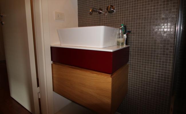 Bagno in Rovere e laccato rosso