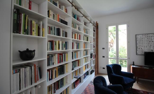 Libreria laccata bianco opaco con scala | Falegnameria Fallacara