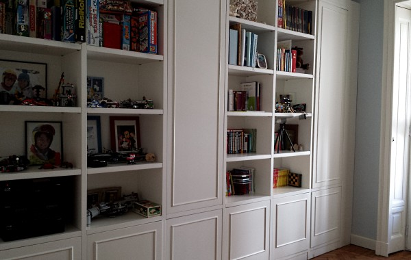 Libreria con cornici in laccato bianco opaco