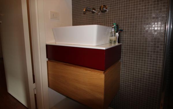 Mobili bagno in Rovere e laccato rosso
