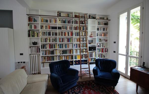 Libreria laccata bianco opaco con scala